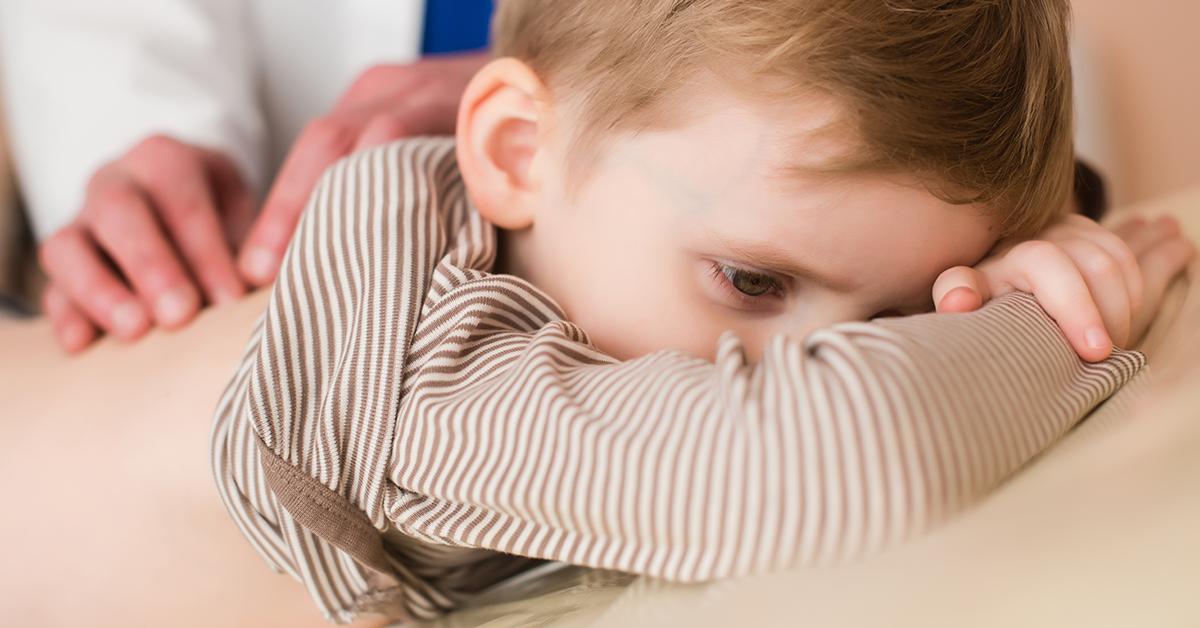 Liten pojke på medicinsk kontroll på klinik